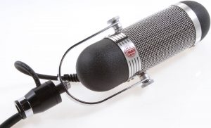 How does a ribbon microphone work